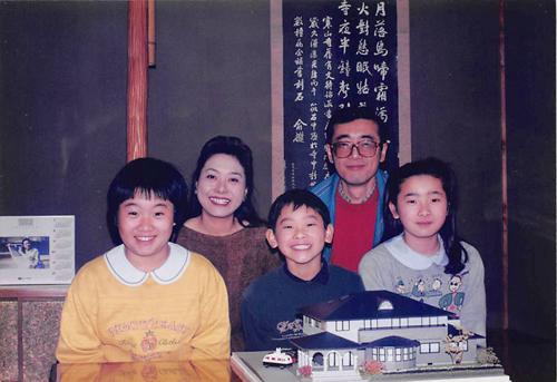 1992年12月31日 阿南クリニックの模型と共に家族写真を撮影
